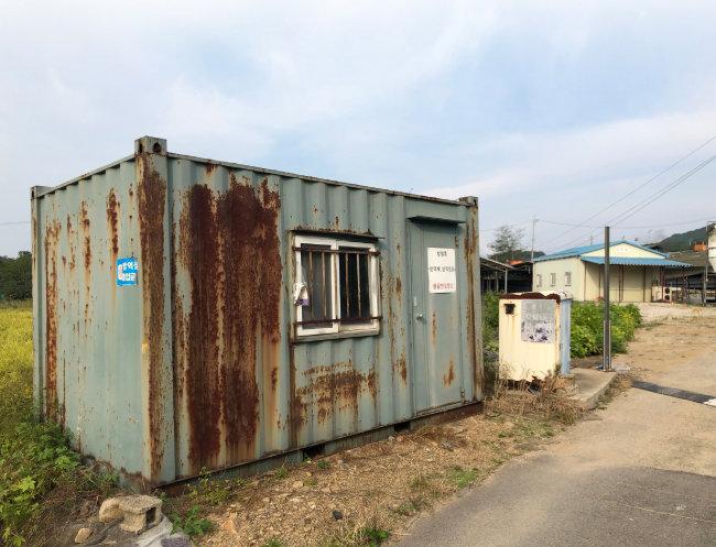 아프리카돼지열병이 발병한  농장 입구의 가건물.