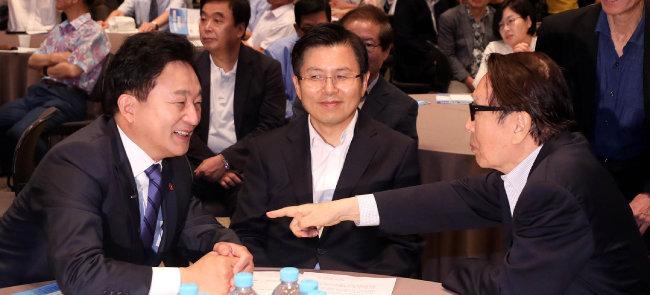 8월 27일 서울 중구 프레스센터에서 열린 '대한민국 위기극복 대토론회' 에서 원희룡 제주지사가 박찬종(오른쪽) 전 국회의원과 대화하고 있다. [뉴시스]
