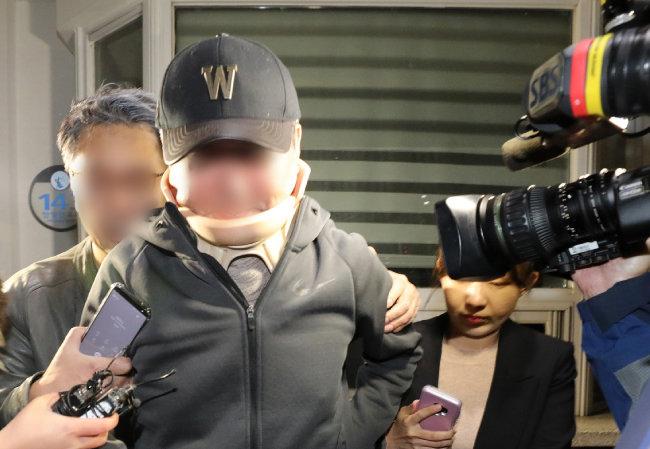 조국 전 법무부 장관 동생 조모(52) 씨가 10월 9일 구속영장이 기각된 직후 경기 의왕시의 서울구치소를 나서고 있다.  [뉴스1]