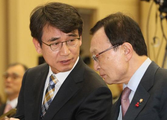 9월 4일 서울 원서동에서 열린 노무현시민센터 기공식에서 유시민 노무현재단 이사장이 더불어민주당 이해찬 대표와 이야기를 나누고 있다. [뉴시스]