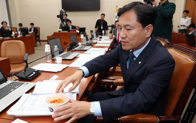 김진태 자유한국당 의원이 10월 7일 국회 정무위원회의 국정감사에서 '국대떡볶이'를 들고 질의하고 있다. [뉴스1]