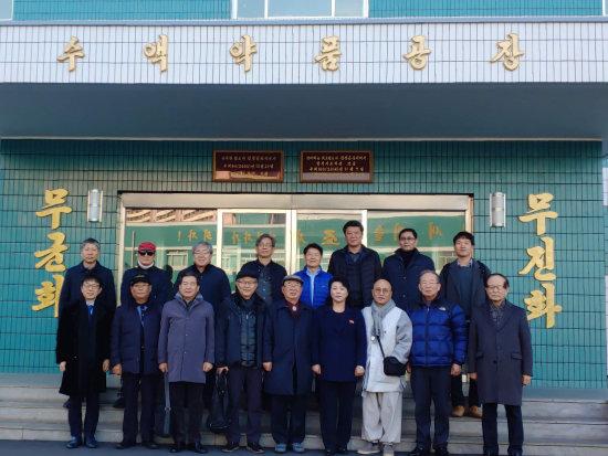 우희종 서울대 교수(뒷줄 왼쪽 다섯 번째)는 2018년 11월 방북해 북한 관계자들과 보건의료 분야의 민간 협력사업을 논의했다. [우희종 제공]