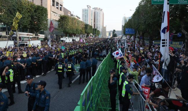 9월 28일 서울 서초구 대검찰청 정문 앞 도로에서  '조국 수호' 집회가 열렸다.