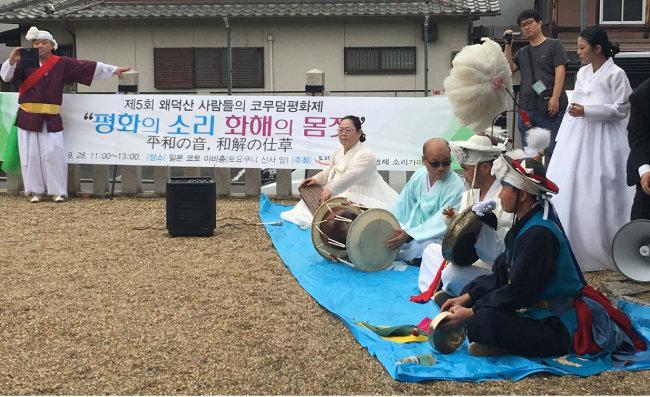 교토 주택가 한가운데 서 있는 '코 무덤' 앞에서 열린 제5회 '왜덕산 사람들의 코무덤평화제'. [허문명 기자]