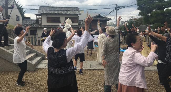 행사 하이라이트는 한국과 일본인 참석자와 관객 100여 명이 함께 어울린 강강술래. 너나없이 어울려 축제와 웃음의 한판을 만들어냈다. 한일갈등 분위기는 찾아볼 수 없었다. [허문명 기자]
