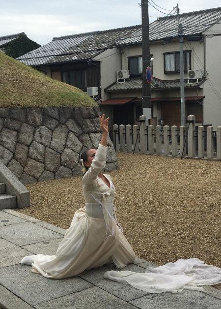 '그녀 나비되어 날다' 치유춤 퍼포먼스 두 번째 주인공 김미숙 씨의 춤사위. 몸짓과 표정이 하도 진지하고 아름다워 보는 이로 하여금 감동을 자아냈다. [허문명 기자]