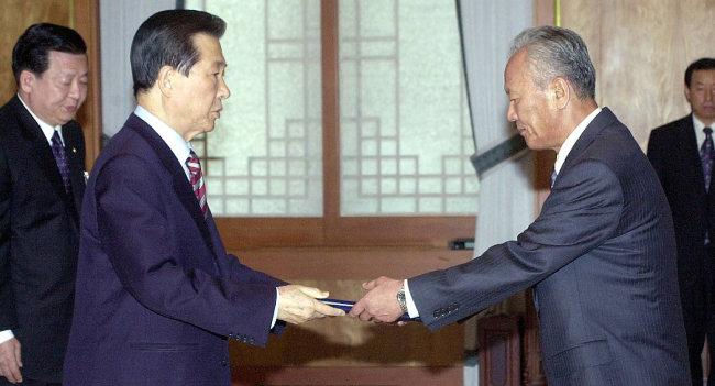 2002년 4월 1일 김대중 당시 대통령이 청와대에서 박승 한국은행 총재에게 임명장을 주고 있다. [동아DB]