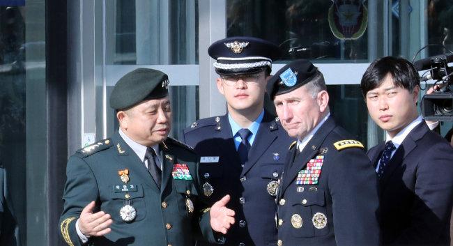 로버트 에이브럼스 한미연합사령관(오른쪽에서 두 번째)이 2018년 11월 13일 서울 용산구 합동참모본부 연병장에서 열린 환영 행사장에 도착해 박한기 합참의장과 대화하고 있다. [뉴시스]