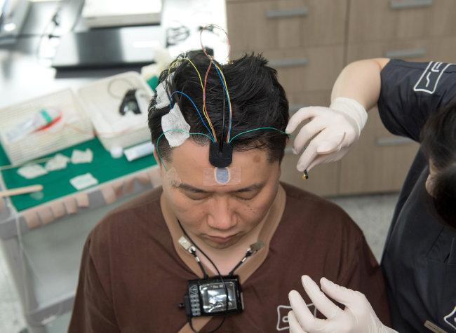수면다원검사를 받기 전 머리에 센서를 부착한 모습. [딥수면클리닉 제공]