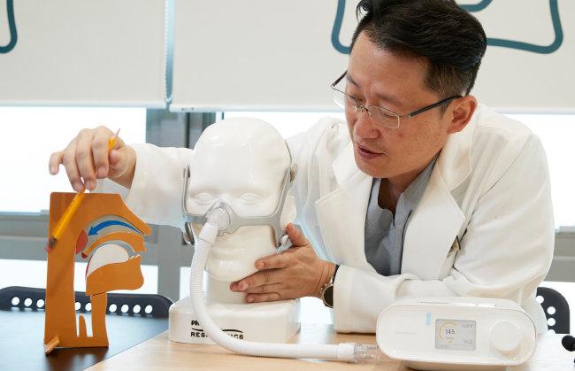 박동선 딥수면클리닉 원장이 호흡의 원리와 양압기 사용법에 대해 설명하고 있다. [홍중식 기자]