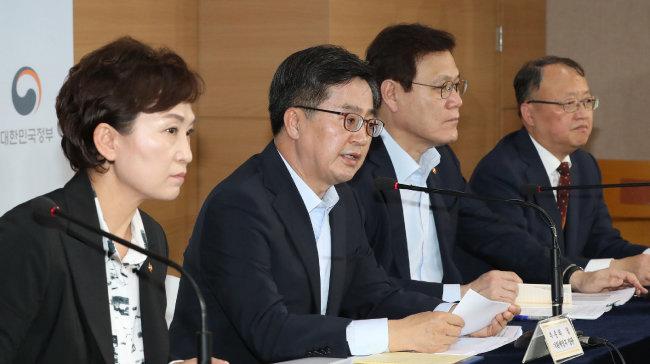 2018년 9월 13일 김동연 당시 경제부총리 겸 기획재정부 장관(왼쪽 두 번째)과 김현미 국토부 장관(왼쪽) 등이 '9·13 부동산 대책'을 발표하고 있다.
