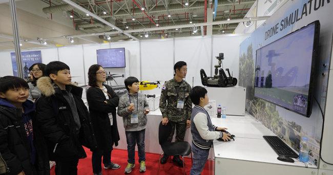 지난해 11월 열린 제2회 '2018 대한민국 스마트 국방‧드론 산업대전'(現 박람회)에서 어린이들이 드론 시뮬레이터 체험을 하고 있다. [박해윤 기자]