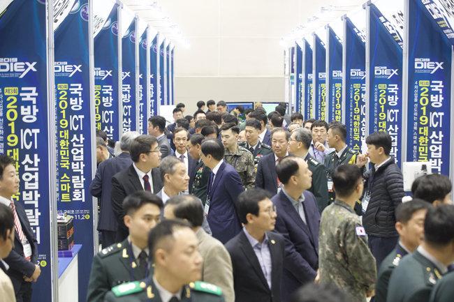 10월 31일 경북 구미시 구미코에서 열린 '제3회 2019 대한민국 스마트 국방 ICT 산업박람회'에서 관람객들이 전시 부스를 관람하고 있다. 박람회는 11월 2일까지 계속된다.