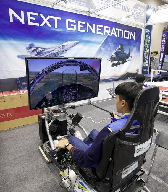 10월 31일 경북 구미시 구미코에서 열린 '제3회 2019 대한민국 스마트 국방 ICT 산업박람회'에서 관람객이 한국항공우주산업(KAI)의 비행 시뮬레이션 체험을 하고 있다. 박람회는 11월 2일까지 열린다. [지호영 기자]