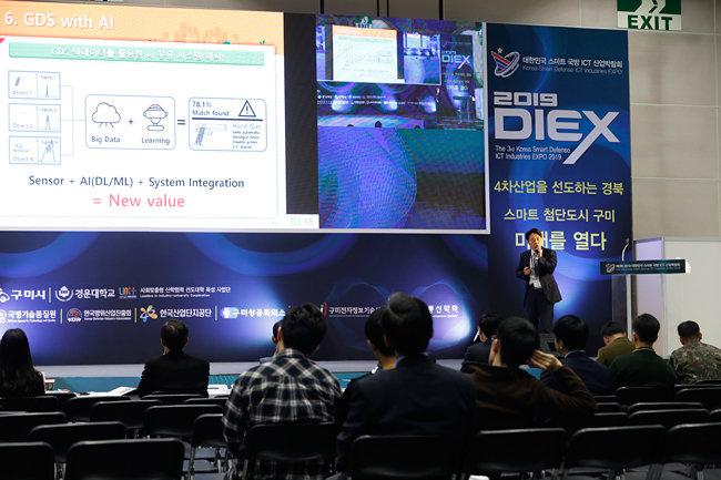 11월 1일 '제3회 2019 대한민국 스마트 국방 ICT 산업박람회' 부대행사로 열린 우수제품 평가대회에서 참가 업체 관계자가 자사 제품에 대해 설명하고 있다. 10월 31일 경북 구미시 구미코에서 개막한 이번 박람회는 11월 2일까지 열린다. [지호영 기자]