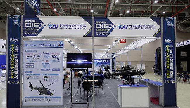 11월 1일 '제3회 2019 대한민국 스마트 국방 ICT 산업박람회'에 참여한 한국항공우주산업(KAI)이 선보인 소형무장헬기(LAH). 10월 31일 경북 구미시 구미코에서 개막한 이번 박람회는 11월 2일까지 열린다. [지호영 기자]