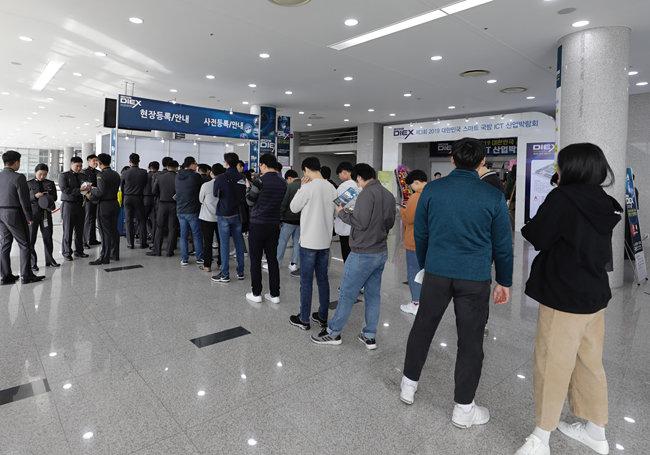 11월 1일 '제3회 2019 대한민국 스마트 국방 ICT 산업박람회'를 찾은 관람객들이 줄지어 등록을 하고 있다. 10월 31일 경북 구미시 구미코에서 개막한 이번 박람회는 11월 2일까지 열린다. [지호영 기자]