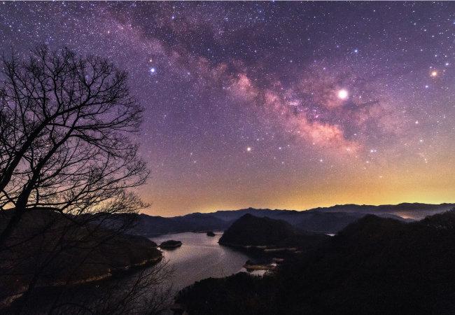 강원 춘천 건봉령 승호대에서 촬영한 밤하늘. '별들의 강' 은하수가 소양강과 어우러져 초월적 아름다움을 느끼게 한다.