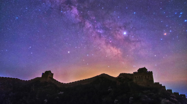 중국 만리장성 하늘에 펼쳐진 은하수.