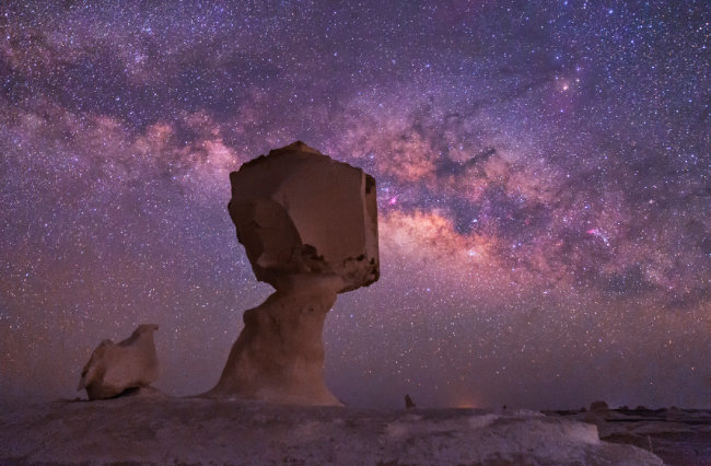 이집트 백사막 하늘에 펼쳐진 은하수.
