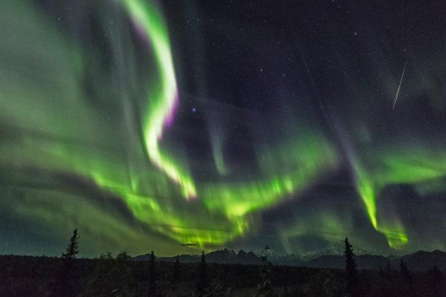 오로라와 유성이 어우러진 미국 알래스카 밤 풍경.