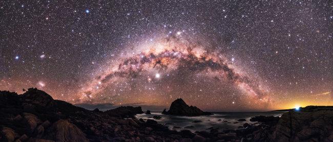 호주 서쪽 슈가로프 하늘이 반짝이는 별로 가득 차 있다.