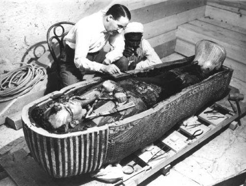 1922년 영국의 고고학자 하워드  카터가 왕들의 계곡에서 투탕카멘 왕의 무덤을 발견한 직후 모습. [©The Griffith Institute]