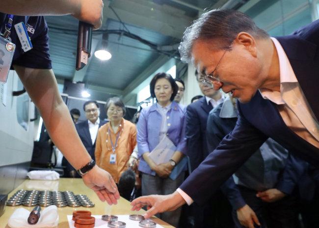 문재인 대통령이 8월 7일 경기 김포시에 있는 한 부품·소재기업을 시찰하고 있다. [뉴시스]