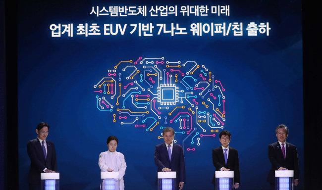 문재인 대통령(가운데)이 성윤모 산업자원부 장관(맨 오른쪽), 이재용 삼성전자 부회장(맨 왼쪽) 등과 4월 30일 시스템 반도체 비전 선포식을 열고 있다. [뉴시스]