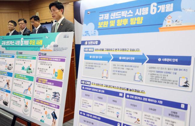 노형욱 국무조정실장이 7월 15일 정부세종청사에서 새롭게 도입한 한국형 규제샌드박스 시행 6개월의 성과와 과제에 대해 설명하고 있다. [뉴시스]
