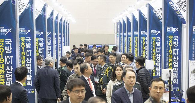 10월 31일 경북 구미시 구미코에서 열린 '제3회 대한민국 스마트국방 ICT 산업박람회'에서 관람객들이 전시 부스를 살펴보고 있다. [지호영 기자]