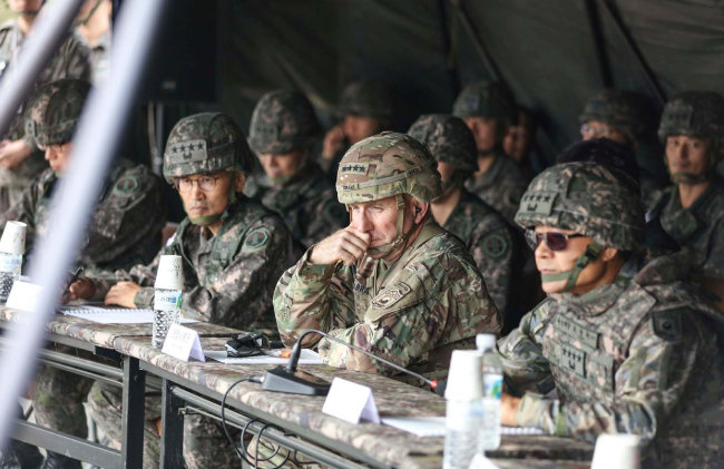 로버트 에이브럼스 한미연합사령관(가운데)이 10월 23일 최병혁 부사령관(오른쪽), 남영신 지상작전사령관(왼쪽)과 함께 경기 포천시 미8군 로드리게스 사격장에서 실시된 제5포병여단 실사격 훈련을 참관하고 있다. [주한미군 페이스북]