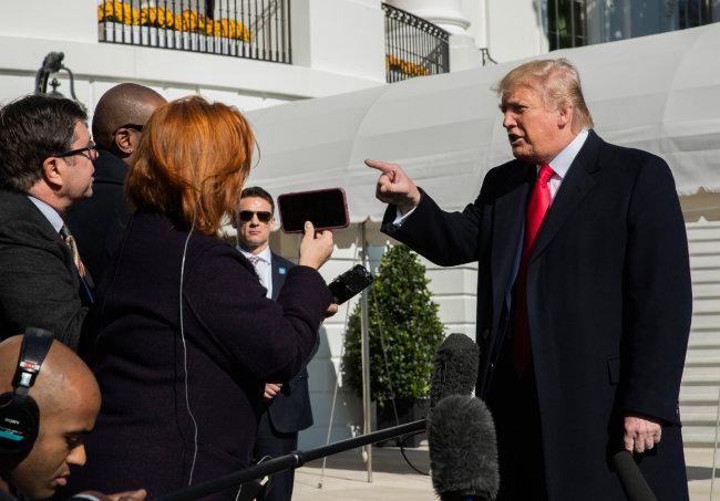 도널드 트럼프 미국 대통령(오른쪽)이 11월 3일 워싱턴 백악관에서 하원의 탄핵 조사에 관해 언급하고 있다. 트럼프 대통령은 동맹을 '가치'가 아닌 '돈'으로 평가하는 인식을 비쳤다. [AP뉴시스]