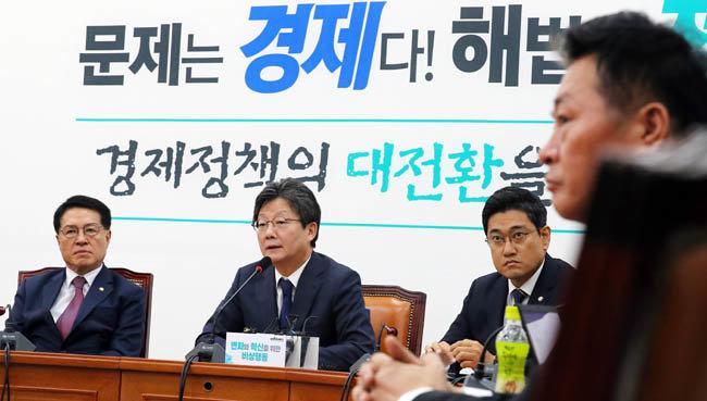 유승민(왼쪽 두 번째) 바른미래당 '변화와 혁신을 위한 비상행동' 전 대표가 11월 4일 서울 여의도 국회에서 열린 회의에 참석해 모두발언을 하고 있다. [뉴시스]