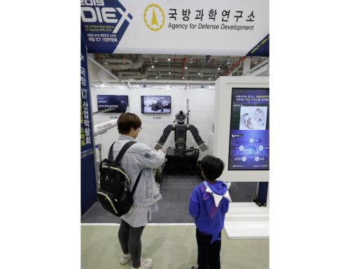 관람객들이 국방과학연구소에서  선보인 구난로봇을 보고 있다.