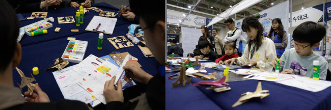 박람회에서 항공모형 종이접기를  하는 관람객들.