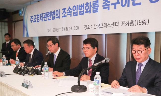 11월 6일 서울 중구 한국프레스센터에서 경총 등 경제 5단체가 모여 주52시간 근무제 보완 등이 이뤄져야 한다고 호소했다. [원대연 동아일보 기자]