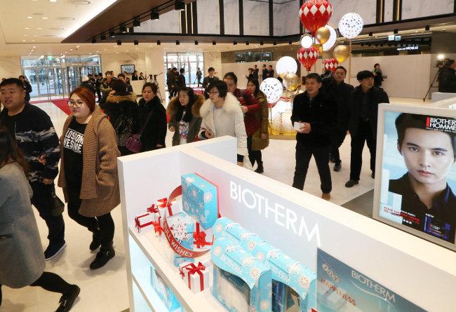 2015년 12월 28일 서울 영등포구 63빌딩에 문을 연 한화갤러리아의 '갤러리아면세점 63'에 중국인 관광객들이 쇼핑을 하기 위해 들어서고 있다.[동아DB]