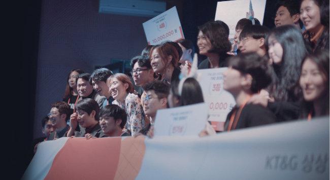 KT&G 상상 스타트업 캠프 3기 '더 데뷔' 3기생들이 단체사진을 찍고 있다.
