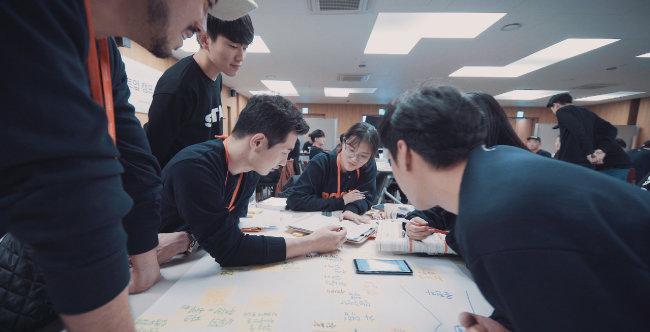 KT&G 상상 스타트업 캠프 3기 참가자들의 아이디어 회의 모습.