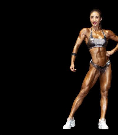 스포츠모델 부문에 참가한 여자선수가 탄탄한 근육을 자랑하고 있다.