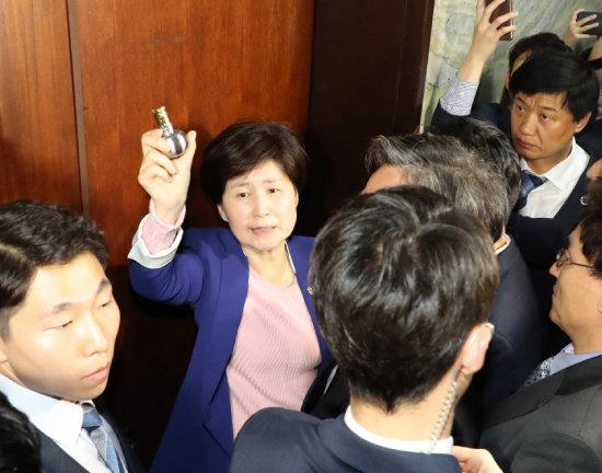 4월 25일 백혜련 더불어민주당 의원이 공수처 법안을 접수하려고 국회 의안과에 진입을 시도하자 자유한국당 의원들이 몸으로 막고 있다. [안철민 동아일보 기자]