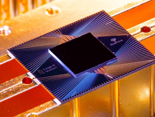 10월 23일 구글은 자사가 개발한 54큐비트 양자계산 프로세서 시카모어(사진)가 난수 생성에서 양자 우월성을 달성했다고 발표했다. [Erik Lucero / 구글]