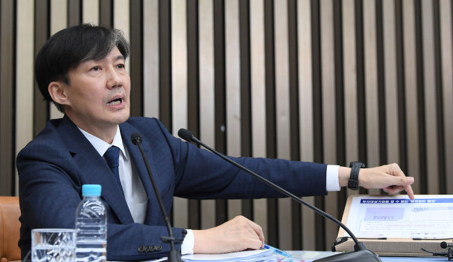 9월 2일 조국 당시 법무부 장관 후보자가 서울 여의도 국회에서 열린 기자간담회에서 사모펀드에 관한 질문에 자료를 보여주며 답하고 있다. [최혁중 동아일보 기자]