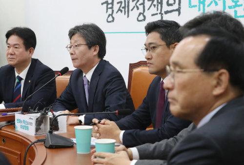 유승민 전 '변혁' 대표가 11월 14일 서울 여의도 국회에서 열린 변혁 회의에서 모두발언을 하고 있다. [뉴스1]