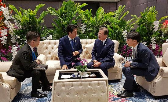 문재인 대통령이 11월 4일 태국 방콕 임팩트포럼에서 열린 '제22차 아세안+3 정상회의'에 앞서 아베 신조 일본 총리와 사전환담을 했다. [청와대 제공]