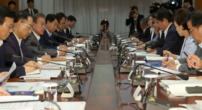 문재인 대통령(왼쪽에서 세 번째)이 7월 9일 청와대에서 열린 공정경제 성과 보고회의에서 발언하고 있다. [청와대사진기자단]