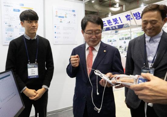 '2019 DIEX'에서 우종근 위탐 대표(오른쪽)가부스를 찾은 백승주 자유한국당 의원에게 제품을 설명하고 있다. [지호영 기자]
