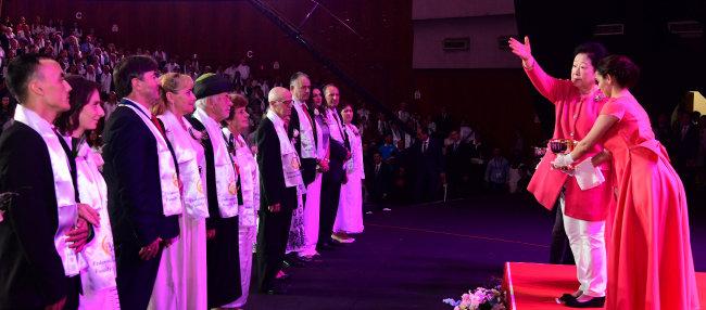 한학자 세계평화통일가정연합 총재가 10월 27일 알바니아 티라나 의회 홀에서 열린 가정축복페스티벌에서 성수 의식을 거행하고 있다.