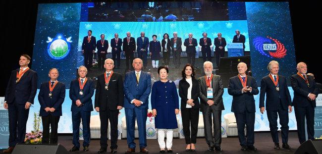 10월 26일 동남유럽 평화서밋 개회식에 참석한 전·현직 대통령·총리 등 국가지도자들.